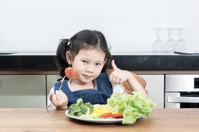 bé ăn trẻ ăn chế độ dinh dưỡng