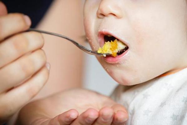 Trẻ 1 tuổi ăn vào là nôn