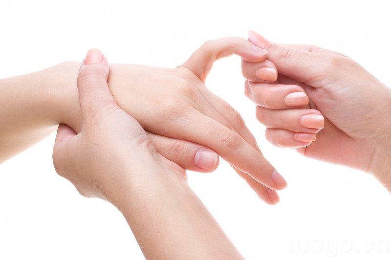 Tiết dịch khớp ở ngón tay