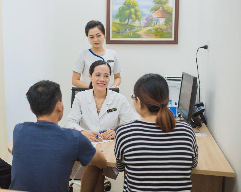 Bác sĩ tư vấn tiêm vắc-xin trước khi khách hàng có kế hoạch mang thai chi tiết