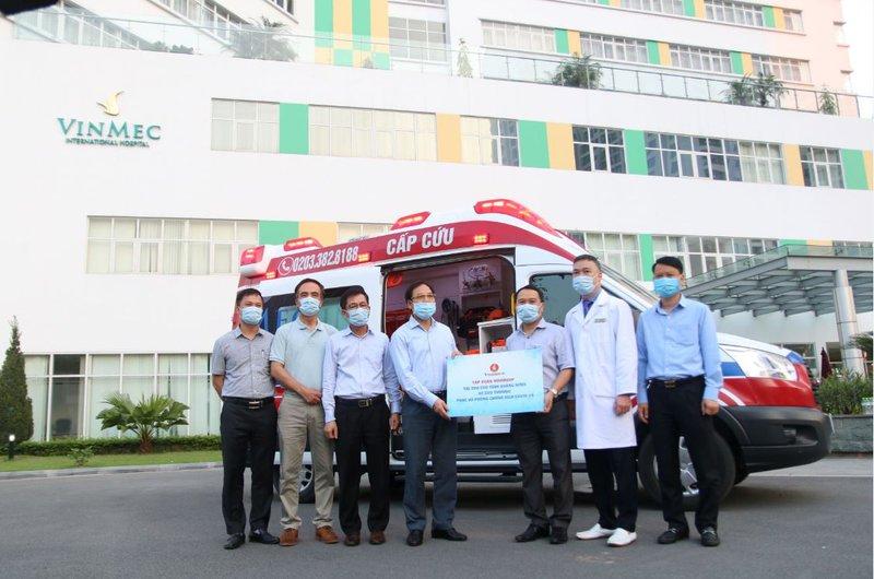 Đại diện Vingroup trao xe cho UBND Tỉnh QN