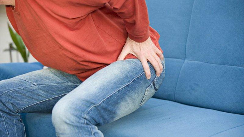 người bệnh sau thay khớp háng tránh ngồi lâu