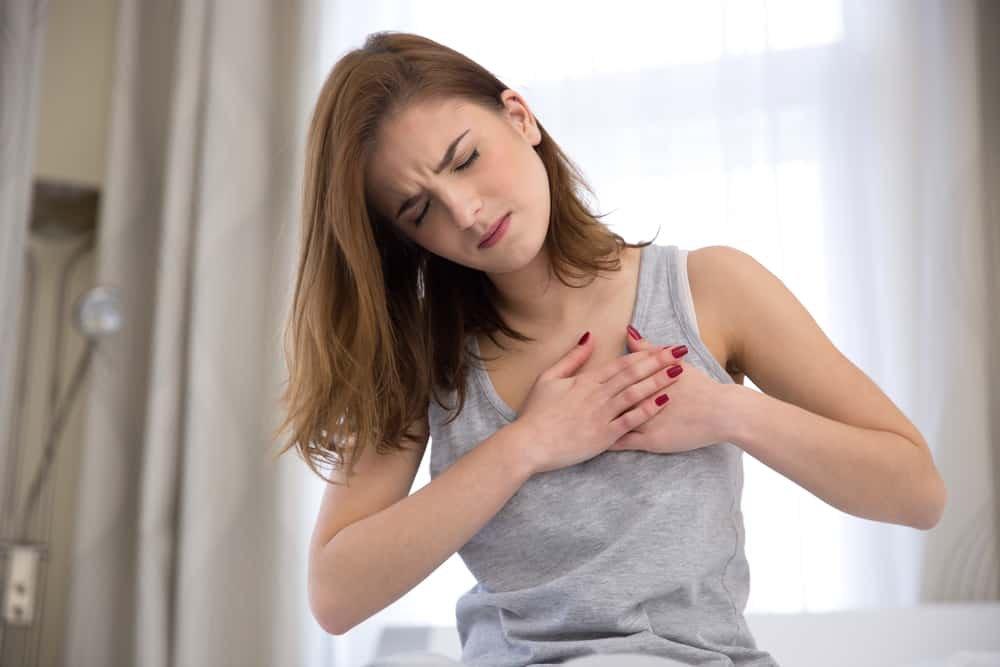 Đau ngực dữ dội là một trong những biểu hiện của chèn ép tim cấp