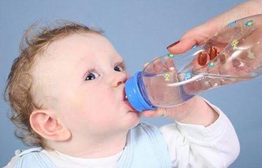 Uống nhiều nước rất tốt cho trẻ