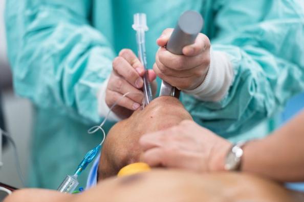 Gây mê nội khí quản mổ nội soi cắt tuyến ức