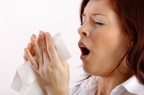 Vi khuẩn xâm nhập gây hắt hơi, sổ mũi khi thời tiết thay đổi