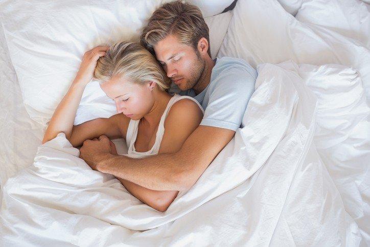 Quan hệ tình dục thường diễn ra vào ban đêm nên nam giới có xu hướng ngủ say