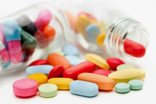 Trẻ mắc tay chân miệng độ 2 thường được điều trị bằng thuốc