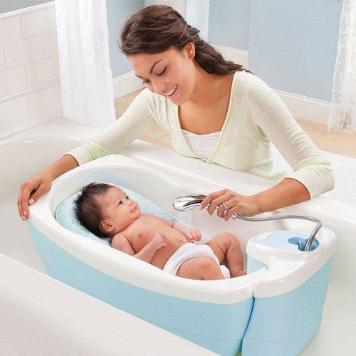 Khi tắm cho trẻ sơ sinh cần nhẹ nhàng