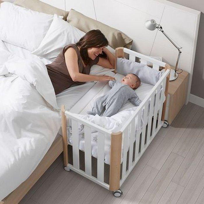 Trong năm đầu tiên nên để bé ngủ trong cũi cạnh giường bố mẹ