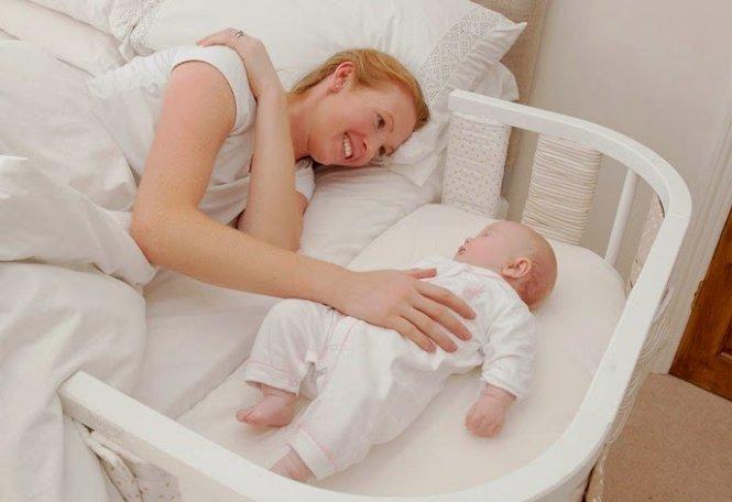 Cho bé ngủ trong cũi đặt cạnh giường bố mẹ là biện pháp an toàn nhất