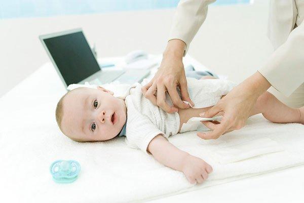 Nên thay bỉm cho bé thường xuyên để tránh hăm tã