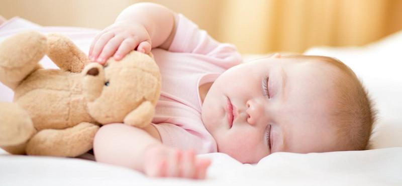 Trẻ sơ sinh ngủ nhiều cả ban ngày lẫn ban đêm