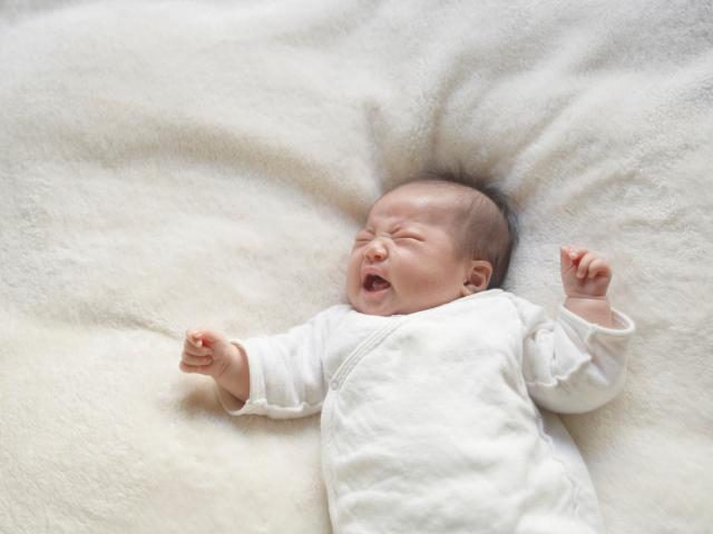 Giật mình là phản xạ thường gặp ở trẻ sơ sinh