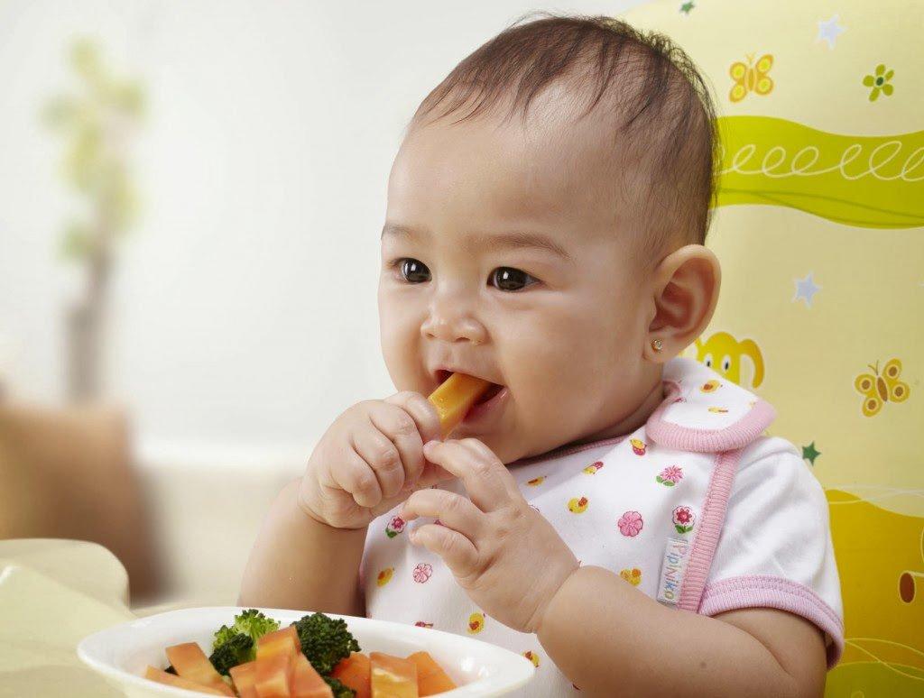 trẻ tập ăn trẻ nhỏ ăn dặm