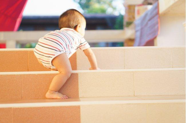 Trẻ bò cầu thang