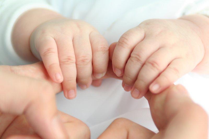 tay, trẻ tập đi. trẻ cầm nắm