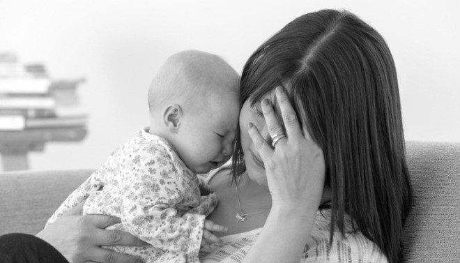 Thiếu ngủ và sự căng thẳng (stress) khi em bé đang khóc sẽ khiến bạn gặp khó khăn trong tuần đầu sau sinh
