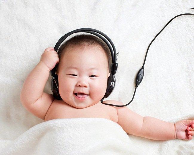 Bạn sẽ bất ngờ khi thấy bé cười tươi rói khi được nghe bản nhạc yêu thích