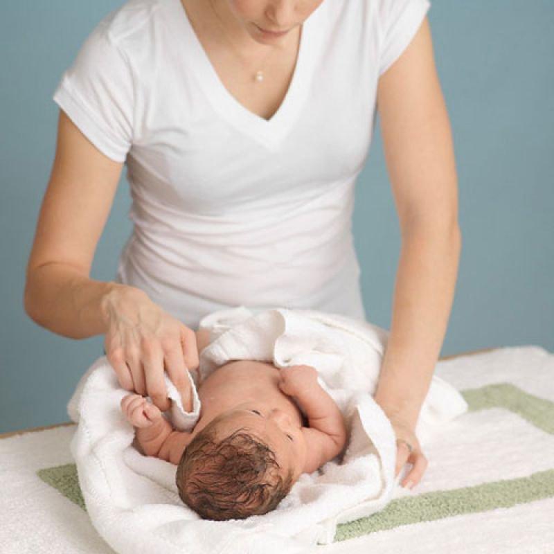Trường hợp trẻ sốt cao đến 39 độ C mẹ nên kết hợp giữa nhét thuốc, lau mát và cho trẻ uống nước