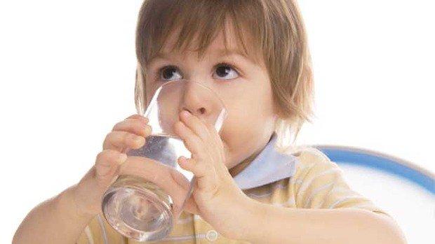 Trẻ  tự uống nước bằng cốc