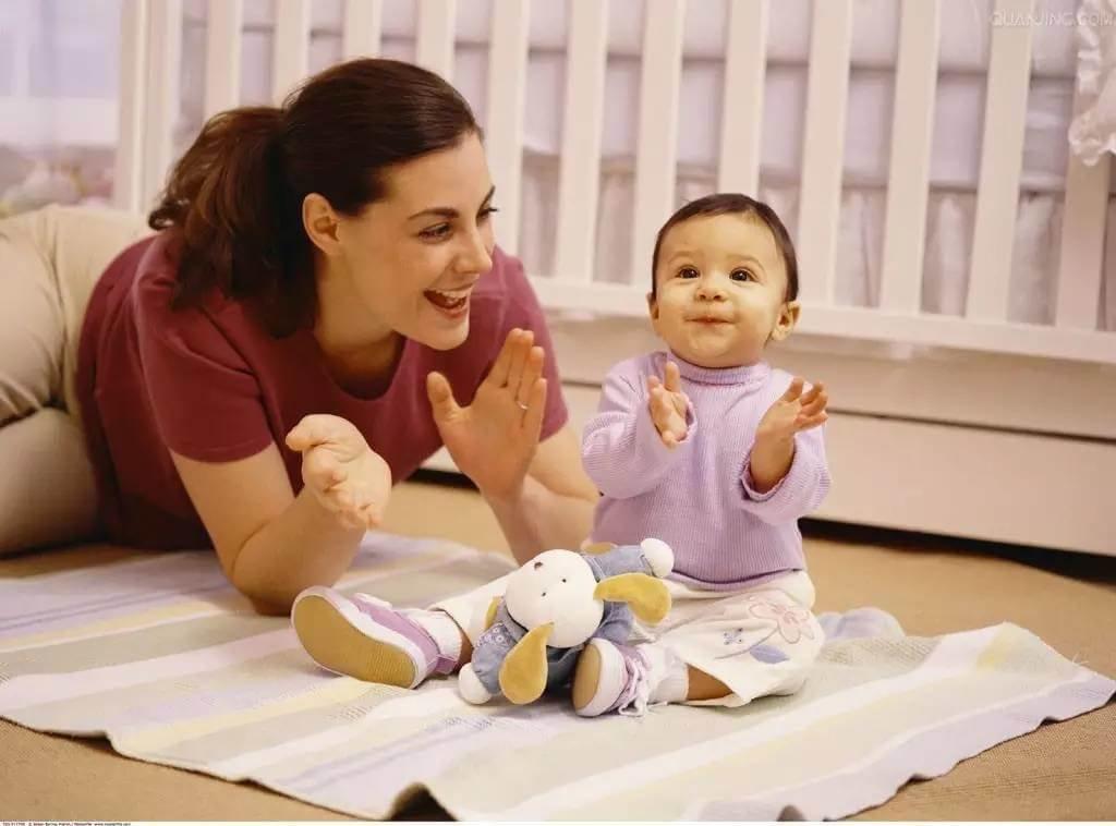 Em bé 50 tuần tuổi cần được tập nói cùng bố mẹ