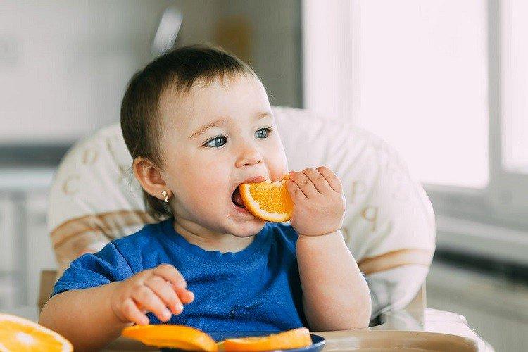Trẻ ăn cam