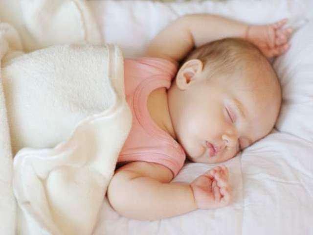 tuyệt đối không được để trẻ sơ sinh tự ngủ một mình trên giường của người lớn để tránh những rủi ro