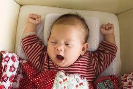 Hãy chuẩn bị một cốc nước ấm dành cho trẻ uống một chút trước khi đi ngủ hay khi thức dậy vào mỗi buổi sáng