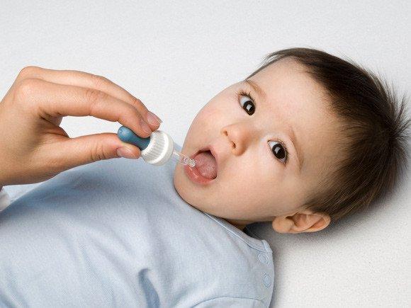 Nhỏ vitamin cho trẻ