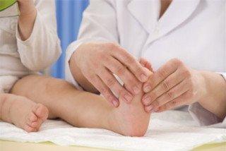 Trẻ than đau chân khi đi