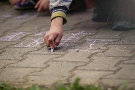 Cho con vẽ một ngôi làng bằng phấn vỉa hè có thể xây dựng các kỹ năng vận động tinh cho trẻ
