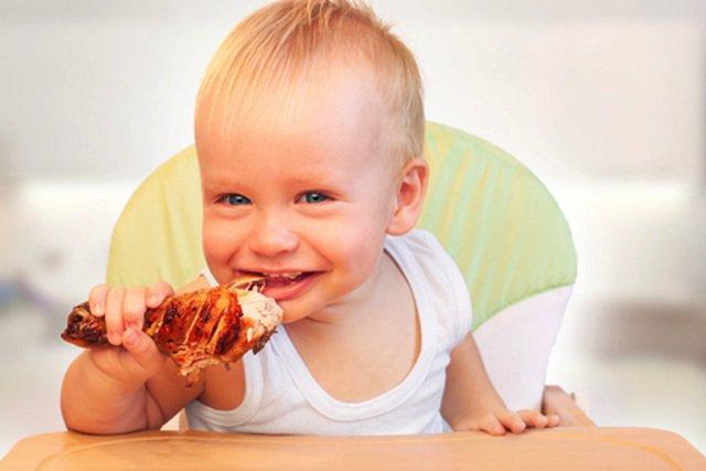 Trẻ ăn thịt