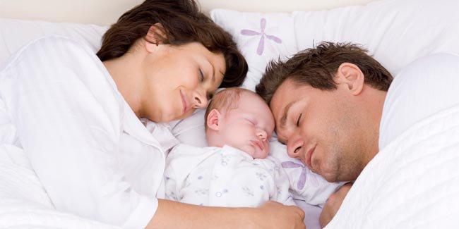 em bé sơ sinh ở cùng phòng cha mẹ