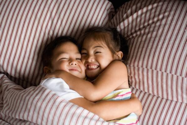 Tập cho bé ngủ khi ở chung phòng với anh chị
