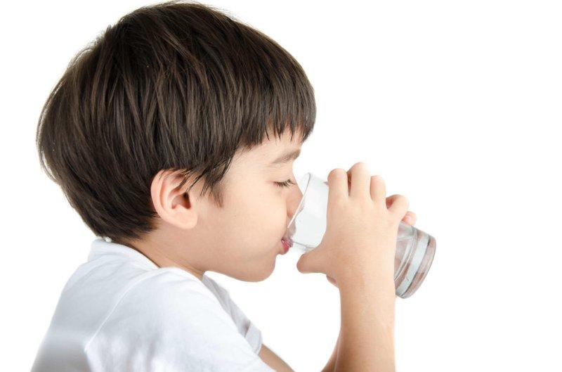 Trẻ uống nước.