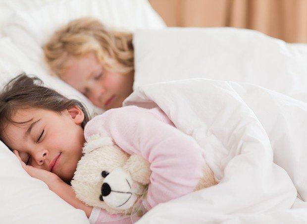 trẻ ngủ chung
