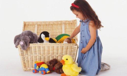 Trẻ dọn đồ chơi