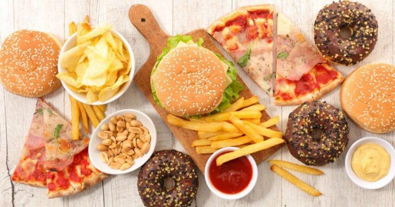Các thực phẩm và đồ uống giàu chất béo, muối và đường