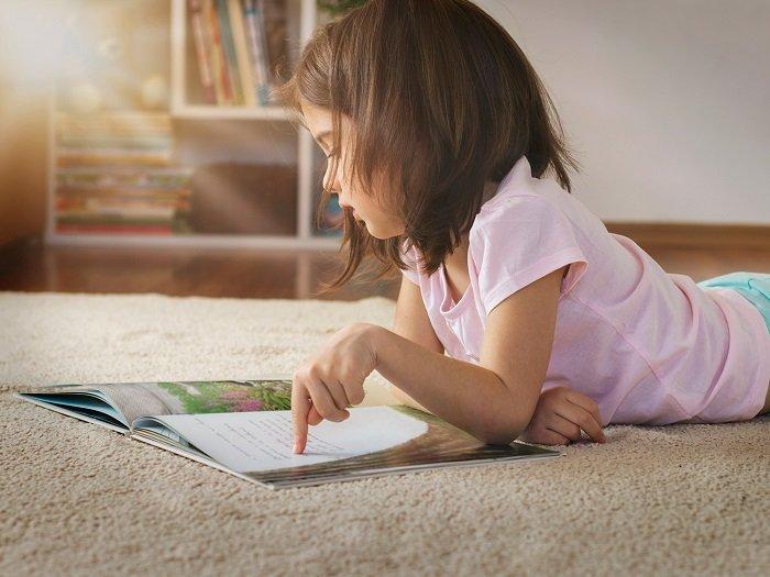 Khi trẻ giả vờ đọc, trẻ đang xây dựng những kỹ năng đầu tiên trên hành trình học đọc của mình