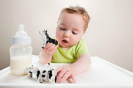 trẻ uống sữa bò