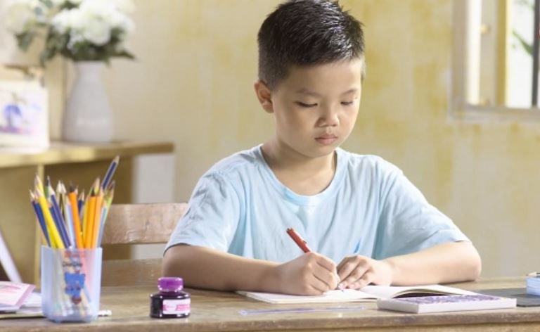 trẻ tập viết