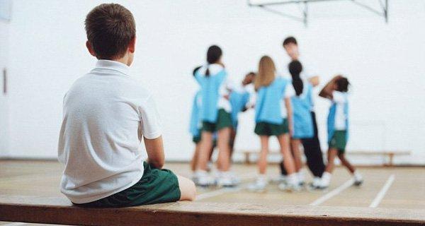 Nói chuyện với giáo viên của trẻ để giúp trẻ nhút nhát tham gia trường học trở lên hoạt bát hơn