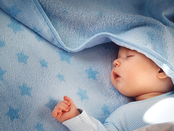 Trẻ 2 tháng tuổi ngày ngủ không ngon, vành mắt thâm, ăn uống bình thường có sao không?