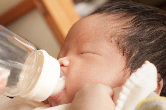 Trẻ bú bình