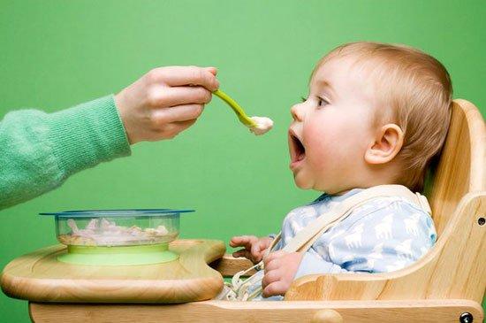 Trẻ 6 tháng là thời điểm thích hợp nhất để con ăn dặm