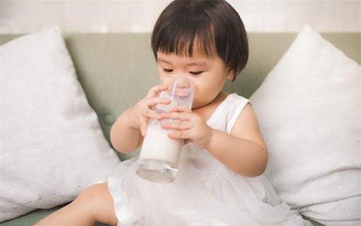 Trẻ đi ngoài do uống sữa