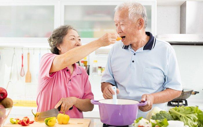 người cao tuổi người già ăn