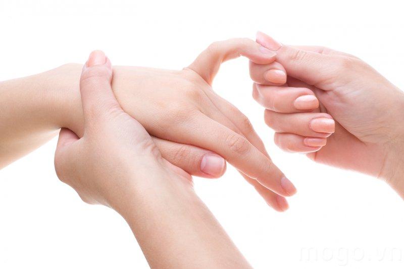 Ngón tay út không co bóp lại được sau mổ và nối đinh phải điều trị thế nào?