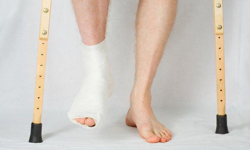 Gãy hở cổ chân đã điều trị hai tuần nhưng vết thương vẫn còn nước có nguy hiểm không?